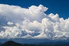 Mooie hemel en berg Stock Foto's