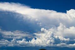 Mooie hemel en berg royalty-vrije stock afbeelding