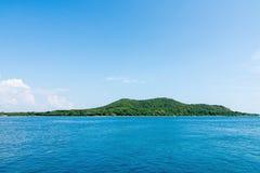 Mooie hemel en blauwe oceaan Royalty-vrije Stock Foto's