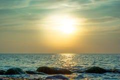 Mooie hemel kleurrijke zonsondergang over het overzees Stock Afbeelding