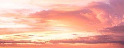 Mooie hemel met wolken bij zonsondergang De achtergrond van de aard royalty-vrije stock afbeelding