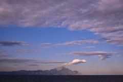 Mooie hemel met wolken boven berg stock foto