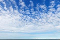 Mooie hemel over het overzees met cirrus en kleine cumuluswolken royalty-vrije stock foto