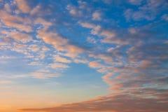 Mooie hemel in schemeringtijd stock afbeelding