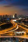 Mooie hemel van lucht de wegkruising van de binnenstad van de meningsstad na zonsondergang Stock Fotografie