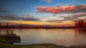 Mooie hemelwolken over rivier bij zonsondergang royalty-vrije stock foto