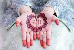 Mooie henna bij de bruidpalm tijdens solemnization Stock Foto's