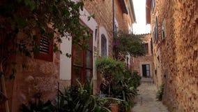 Mooie herenhuizen in een klein Spaans dorp stock footage