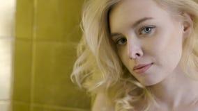 Mooie het gezichts dichte omhooggaand van de blondevrouw actie Close-up van het gezicht van een mooie blondevrouw in de zon stock videobeelden