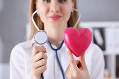 Mooie het glimlachen artsengreep in wapens rood hart Royalty-vrije Stock Afbeeldingen