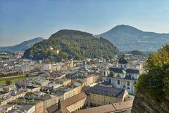 Mooie het landschapsmening van HDR van de stad van Salzburg in Oostenrijk met een kathedraal en bergen op de achtergrond royalty-vrije stock afbeelding