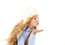 Mooie het meisjes blazende wind van het de winterjonge geitje met lippen Stock Foto's