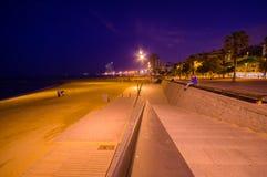 Mooie het strandweg van Barcelona bij nacht stock fotografie