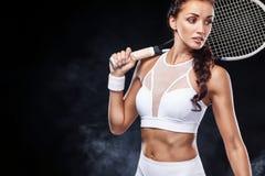 Mooie het tennisspeler van de sportvrouw met racket in wit sportkledingskostuum stock afbeeldingen