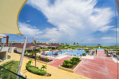 Mooie het uitnodigen mening van groot breed open comfortabel zwembad tegen oceaan en blauwe hemelachtergrond royalty-vrije stock fotografie