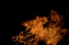 Mooie hete brandende lange vlammen van vuur op de donkere winter Stock Foto's