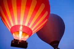 Mooie hete luchtballons die over Cappadocia-landschap bij zonsopgang vliegen stock foto's