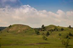 Mooie heuvels onder de bewolkte hemel Stock Foto