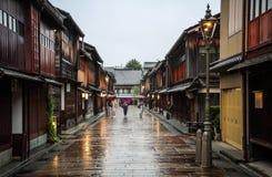 Mooie Higashi Chaya District met geisha's die, Kanazawa, Chubu-prefectuur, Japan rondwandelen royalty-vrije stock afbeeldingen