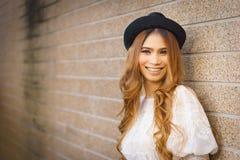 Mooie hipstervrouw met achtergrondmuur royalty-vrije stock foto
