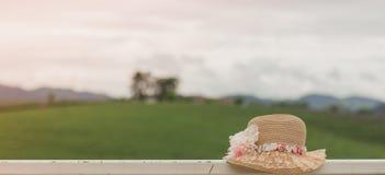 Mooie hoed met bloem op natuurlijke achtergrond Royalty-vrije Stock Afbeelding