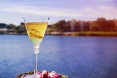 Mooie hoge hieltrouwringen en glazen op het concept van het strandhuwelijk Royalty-vrije Stock Afbeeldingen