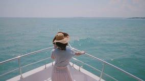 Mooie hoge hoek achterdiemening van het gelukkige succesvolle toeristenvrouw genieten wordt geschoten die zonnig overzees zeil op stock video