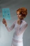 Mooie hoge vrouwengreep e - technologie- krant Stock Afbeeldingen