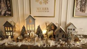 Mooie holdiay verfraaide vlek met de huizen van de Kerstmiswinter stock afbeeldingen