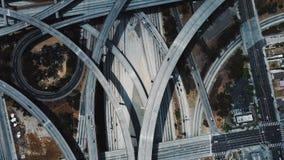 Mooie hommelluchtparade boven de grote uitwisseling van de wegverbinding met complexe structuur van veelvoudige wegen en luchtpar stock footage