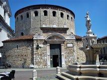Mooie hoofdingang van de oude kathedraal van Brescia royalty-vrije stock fotografie