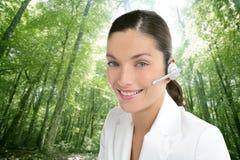 Mooie hoofdtelefoonvrouw in een bos Royalty-vrije Stock Fotografie