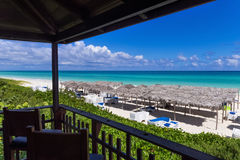 Mooie hoogste mening van de Caraïbische oceaan in Cuba met zonlanterfanter en met stro bedekte hutten - de Rapportage van Serie K Stock Afbeeldingen