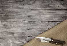 Mooie houten achtergrond met servetmes en vork Fijne achtergrond voor het menu van restaurants en koffie royalty-vrije stock afbeelding