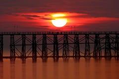 Mooie houten brug en zonsondergang Royalty-vrije Stock Fotografie