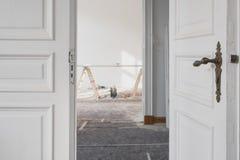 Mooie houten deuren in vlakte tijdens vernieuwing/restauratie stock afbeeldingen