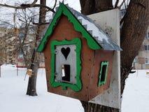 Mooie houten het nestelen doos of vogelvoeder stock afbeeldingen