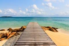 Mooie houten pijler aan blauwe overzees Stock Afbeelding