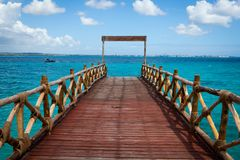 Mooie houten pijler die tot turkooise Indische Oceaan leiden stock afbeeldingen