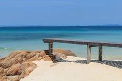 Mooie houten pijler op strand Stock Fotografie