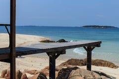 Mooie houten pijler op strand Royalty-vrije Stock Afbeeldingen