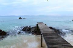 Mooie houten pijler op strand Royalty-vrije Stock Foto