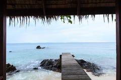 Mooie houten pijler op strand Stock Foto's