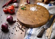 Mooie houten scherpe raad met groenten stock fotografie