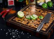 Mooie houten scherpe raad met kalkplakken royalty-vrije stock fotografie
