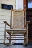Mooie houten schommelstoel op voorportiek Stock Afbeeldingen