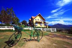 Mooie huis en fiets Royalty-vrije Stock Foto's