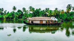 Mooie huisboot in binnenwateren van Kerala stock foto's
