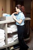 Mooie huishouden uitvoerende bezig het werken stock foto