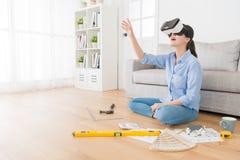 Mooie mooie huisvrouw die VR-apparaat dragen Royalty-vrije Stock Foto's